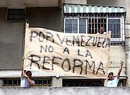 Venezolanos manifiestan durante una marcha realizada en Caracas hoy, 1 de noviembre de 2007, en rechazo al proyecto de reforma constitucional impulsado por el presidente venezolano, Hugo Chávez para diciembre próximo. Las diferentes marchas llegaron hasta la sede del Poder Electoral. (ivan gonzalez)..