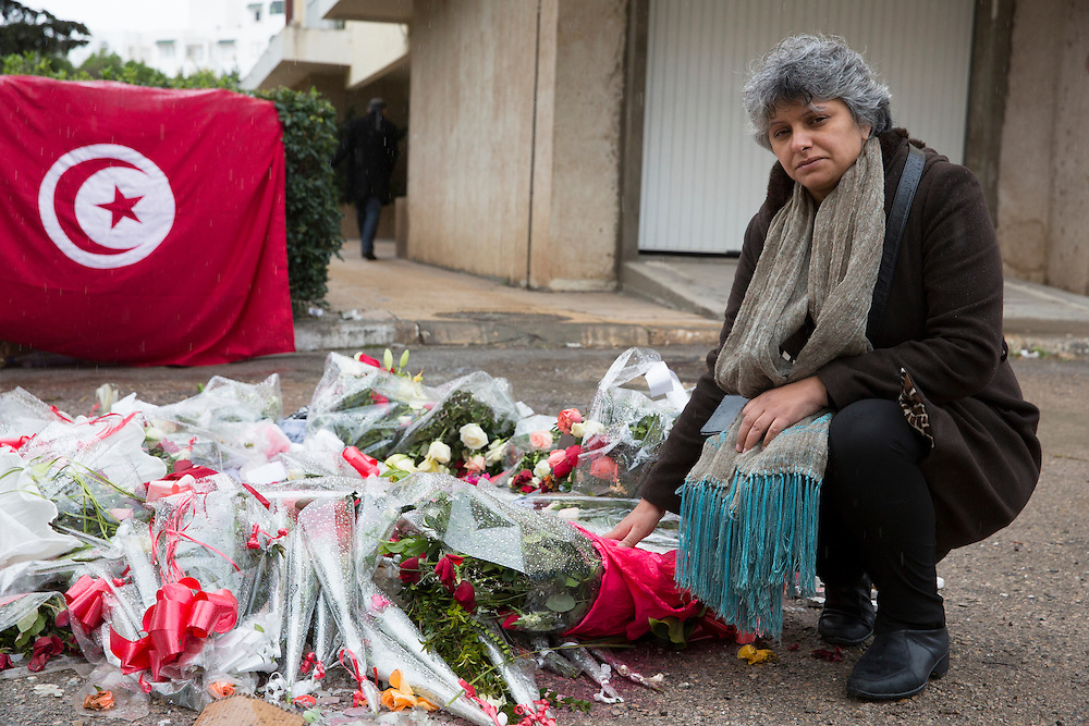 Février 2013. L'Enterrement de la révolution? La veuve de Chokri Belaid, Bessma Khalfaoui Belaid, se recueille à l'endroit exacte ou son mari fut assassiné le 6/02/2013, devant son immeuble, le lendemain de l'enterrement le 9/02/2013.
