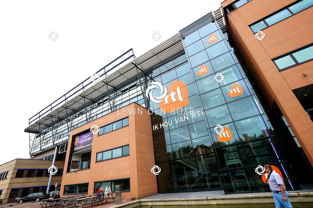 HILVERSUM - Bij het hoofdkantoor van RTL vind je altijd wel bekende Nederlanders. Met hier op de foto  het hoofdkantoor van RTL. FOTO LEVIN DEN BOER - PERSFOTO.NU