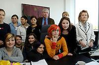 28 ARP 2005 BERLIN/GERMANY:<br /> Michael Sommer (M), Vorsitzender des Deutschen Gewerkschaftsbundes, DGB, und Ursula Engelen-Kefer (L), Stellv. Vorsitzende des DGB, begruessen Maedchen anlaesslich des Girls Day im Buero von Sommer, Deutscher Gewerkschaftsbund<br /> IMAGE: 20050428-01-009<br /> KEYWORDS: Mädchen, Jugendliche, Jugend