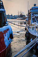 Fartyg i isen vid Djurgården i Stockholm vinter
