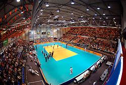 03-06-2006 VOLLEYBAL: EK KWALIFICATIE: NEDERLAND - SLOVENIE: ROTTERDAM<br /> De Nederlandse volleyballers hebben bij het EK-kwalificatietoernooi in Rotterdam ook hun derde wedstrijd gewonnen. Oranje versloeg Slovenië met 3-1 / TopSport Hal met Oranje publiek - volleybal zaal mat<br /> ©2006-WWW.FOTOHOOGENDOORN.NL