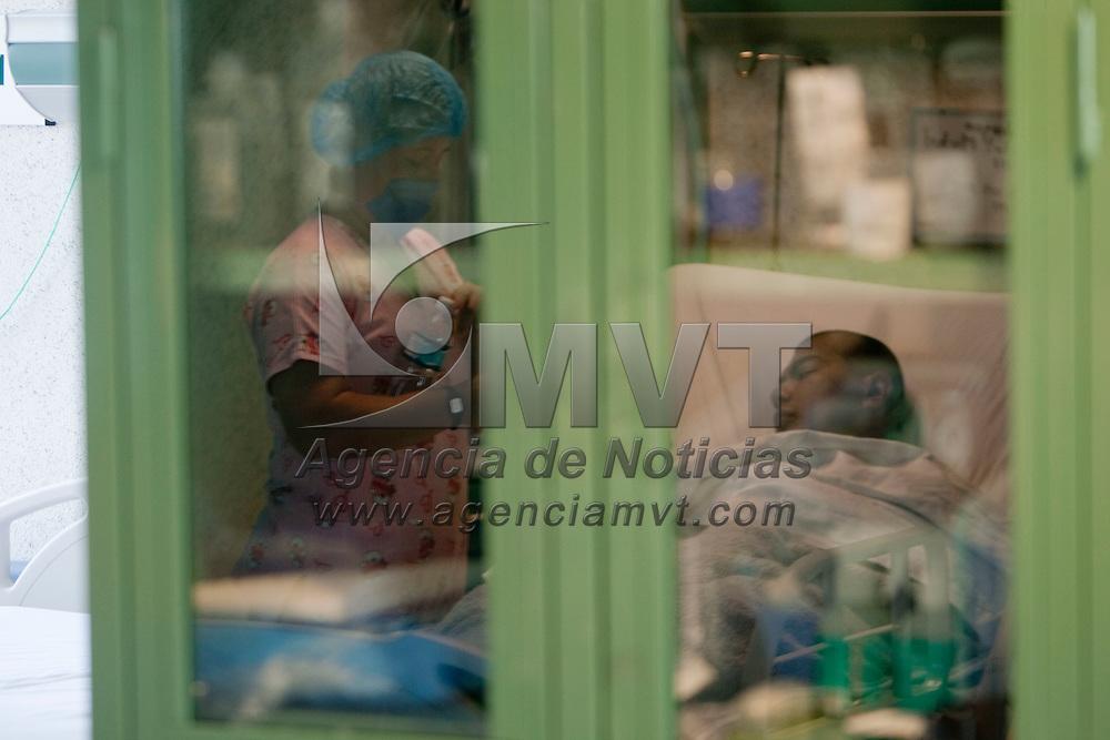 Toluca, Mex.- Michel, un joven de 24 anos se recupera de la operacion de transplante de un rinon en el centro Medico Adolfo Lopez Mateos, hace dos anos y medio fue diagnosticado con insuficiencia renal cronica terminal, hoy la decision de una familia que dono los organos de su hermano muerto en un accidente, le da una segunda oportunidad de vida. Agencia MVT / Mario Vazquez de la Torre.