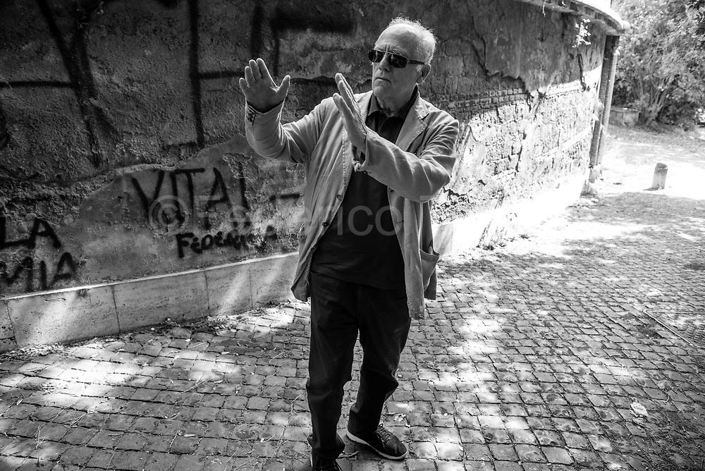 Mario  Spada nei luoghi salienti degli scontri di Valel Giulia del primo marzo 1968<br /> <br /> Romano, classe 1944, nel 1968 iscritto alla Facolt&agrave; di Architdttura dell&rsquo;ateneo romano a Valle Giulia. Era presente  negli scontri storici del primo marzo di quell&rsquo;anno. In seguito dirigente torinese di Lotta Continua ed  Architetto al comune di Roma. <br /> <br /> Gli occupanti di architettura promossero pi&ugrave; di altre facolt&agrave; il rapporto con la classe operaia, specialmente nei cantieri edili, con l&rsquo;idea &ldquo;Operai studenti uniti nella lotta&rdquo;. Mario  ha partecipato anche alle lotte di latina contro le gabbie salariali&hellip;battaglia vinta perch&egrave; fu ottenuto il contratto nazionale.<br /> Come tanti fu attivista a tempo pieno, tralasciando gli studi.<br /> <br /> Convinto che che la prosecuzione del movimento studentesco fossero le lotte operaie si trasfer&igrave; a Torino ai tempi degli scioperi a gatto selvaggio e i volantinaggi fuori le porte di Mirafiori, fu presente alla nascita della denominazone Lotta Continua in quell&rsquo;oragnizzazione che di fatto s&rsquo;era gia formata. <br /> <br /> &ldquo;Credo di aver scritto un centinaio di volantini. battendoli a macchina sulla matrice del ciclostile. Dormivo a casa di quello e di quell&rsquo;altro&rdquo; dice<br /> <br /> Latitante per nove mesi dopo l&rsquo;assalto ad una  sede del MSI, divenne padre in quel periodo, Lotta Continua organizz&ograve; una &ldquo;casa sicura&rdquo; perch&eacute; potesse vedere il neonato. Si fece poi un mese di carcere &ldquo;con spirito rivoluzionario&rdquo;. Lotta continua aveva avviato la sezione detenuti, tentarono di organizzare attivit&agrave; coi detenuti e rischiarono grosso  poich&eacute; nel frattempo dei &ldquo;comuni&rdquo; avevano organizzato una rivolta carceraria.<br /> <br /> Poi la laurea in architettura, l&rsquo;impiego come architetto al Comune di Roma, dove coerentemente col suo passato si &egrave; occupato di prog