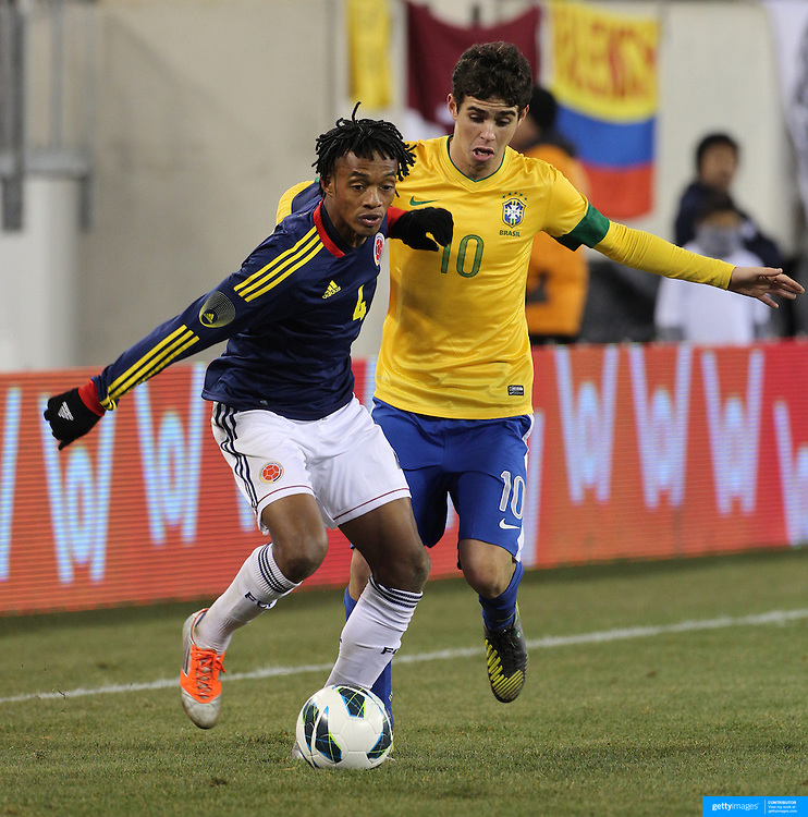 Oscar, Brazil, challenges Juan Guillermo Cuadrado, Colombia, during the Brazil V Colombia International friendly football match at MetLife Stadium, New Jersey. USA. 14th November 2012. Photo Tim Clayton