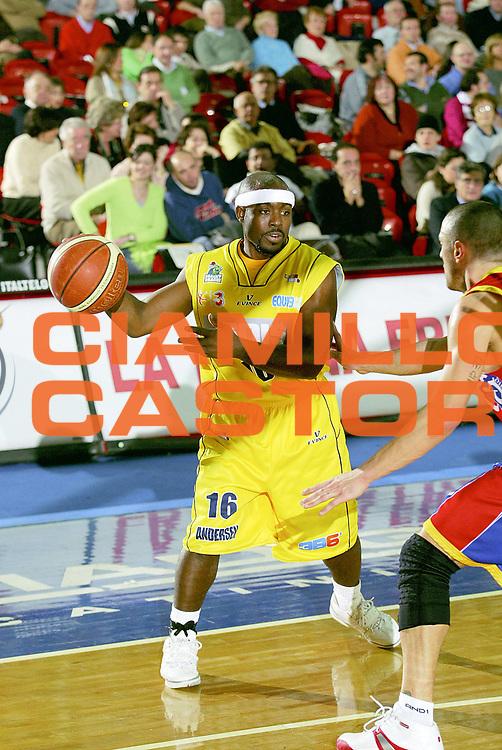 DESCRIZIONE : Montecatini Lega A2 2005-06 Agricola Gloria RB Montecatini Terme Ignis Basket Castelletto Ticino<br /> GIOCATORE : Rogers<br /> SQUADRA : Ignis Basket Castelletto Ticino<br /> EVENTO : Campionato Lega A2 2005-2006<br /> GARA : Agricola Gloria RB Montecatini Terme Ignis Basket Castelletto Ticino<br /> DATA : 29/01/2006<br /> CATEGORIA : Palleggio<br /> SPORT : Pallacanestro<br /> AUTORE : Agenzia Ciamillo-Castoria/Stefano D'Errico