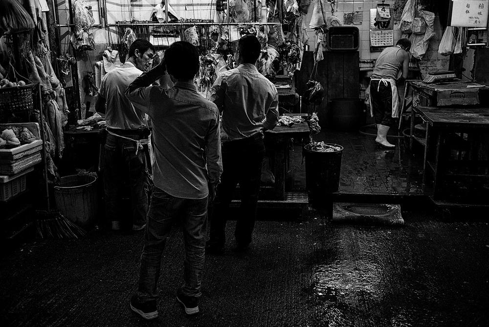 Hong Kong | 04.05.2017: Hong Kong <br /> <br /> hier:  Metzger in North Point in der Chung Yeung Street mit Kunden.<br />  <br /> Sascha Rheker<br /> 20170504<br /> <br /> [Inhaltsveraendernde Manipulation des Fotos nur nach ausdruecklicher Genehmigung des Fotografen. Vereinbarungen ueber Abtretung von Persoenlichkeitsrechten/Model Release der abgebildeten Person/Personen liegt/liegen nicht vor.]