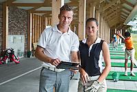 SOMEREN - Golfprofessional Arthur Kleeven geeft les, met behulp van een IPad  aan Pascualle Coffa op de baan van de Swinkelsche Golf Club. COPYRIGHT KOEN SUYK