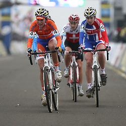 Sophie de Boer (4) keidt een groepje met Niki Harris (16) en Jasmin Achterman (24)