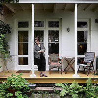 Nederland, Amsterdam , 21 juli 2010.Huizenruil..Debbie Campbell uit Toronto heeft haar woning voor vakantie geruild met een woning in de Brederostraat in amsterdam Zuid..Portraits of foreigners who exchange houses in Amsterdam.