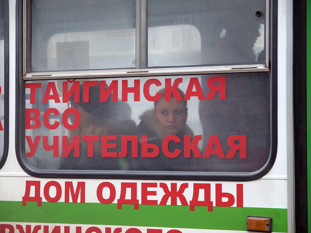 Nowosibirsk/Russische Foederation, RUS, 19.11.07: Junge Frau schaut aus einem Stadtbus in der sibirischen Hauptstadt Nowosibirsk.<br /> <br /> Novosibirsk/Russian Federation, RUS, 19.11.07: Young woman is looking out of a city bus in the Sibirian capitol Novosibirsk.