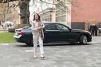 14 NOV 2018, POTSDAM/GERMANY:<br /> Katharina Barley, SPD, bundesjustizministerin, auf dem Weg zur Klausurtagung des Bundeskabinetts, im Hintergrund Ihr Dienstwagen, Hasso Plattner Institut (HPI, Potsdam-Babelsberg<br /> IMAGE: 20181114-01-029<br /> KEYWORDS; Kabinett, Klausur, Tagung, Auto, KFZ, Wagen, Dienstlimousine, Limousine