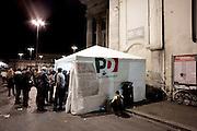 ROMA. CITTADINI IN FILA AL SEGGIO ELETTORALE DI VIA DEL CORSO A ROMA IN OCCASIONE DELLE VOTAZIONI PRIMARIE DEL PARTITO DEMOCRATICO