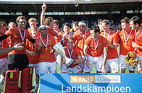 AMSTELVEEN -  Vreugde bij het team van OZ met in het midden Rob Reckers van OZ .      Beslissende finalewedstrijd om het Nederlands kampioenschap hockey tussen de mannen van Amsterdam en Oranje Zwart (2-3). COPYRIGHT KOEN SUYK