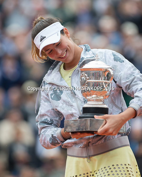 Siegerin Garbine Muguruza (ESP) mit Pokal ,<br /> Siegerehrung,Praesentation,Damen Finale,<br /> <br /> Tennis - French Open 2016 - Grand Slam ITF / ATP / WTA -  Roland Garros - Paris -  - France  - 4 June 2016.