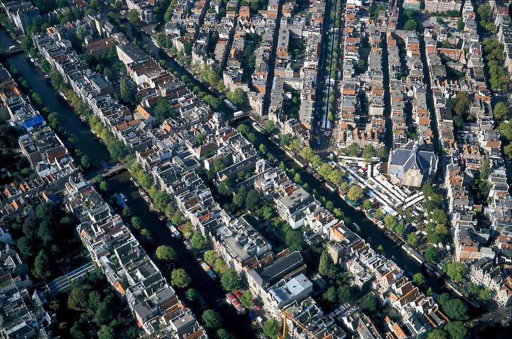 Nederland, Amsterdam, 25-9-2002.Grachtengordel en Noord Jordaan, de Keizersgracht (links diagonaal), gevolgd door de Prinsengracht; midden rechts Noorderkerk met Noordermarkt, de marktkramen - witte dekzeilen - staan ook op Westerstraat; toerisme, marktwezen, marktkramen, economie, bedrijvigheid, wonen, centrum binnenstad, monumenten, bebouwing, stadsgezicht, vogelvlucht;zie ook andere (detail)foto's rond deze lokatie;<br /> luchtfoto (toeslag), aerial photo (additional fee)<br /> foto /photo Siebe Swart