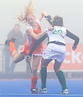 ARNHEM - Hockey. Margot van Geffen in duel met Tarryn Bright, woensdag tijdens de oefeninterland in dichte mist tegen Zuid Afrika. FOTO KOEN SUYK