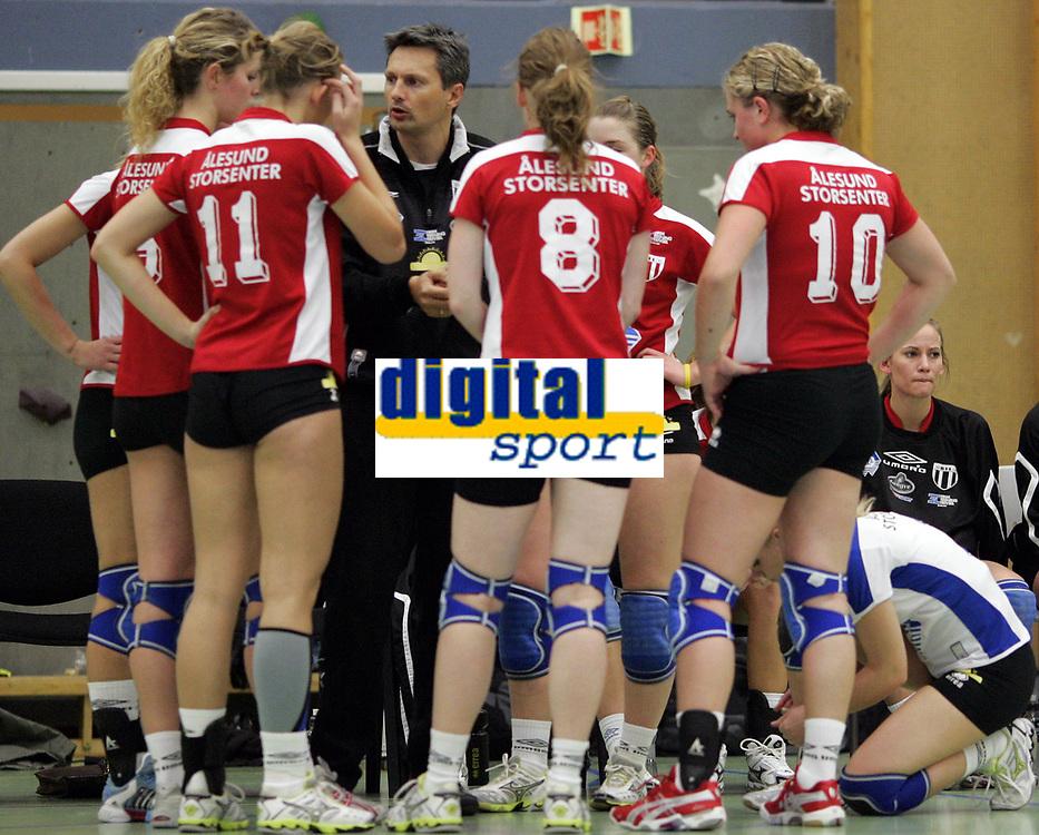 Volleyball<br /> Eliteserien kvinner<br /> Koll v Blindheim 3-0<br /> 04.11.2006<br /> Foto: Morten Olsen, Digitalsport<br /> <br /> Time Out for Blindheim - trener Trond Fjelly