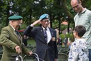 Een Indi&euml;-veteraan salueert naar een jonge Indo. In Arnhem worden op het landgoed van Het Koninklijk Tehuis voor Oud-Militairen en Museum Bronbeek de slachtoffers van de Birma Siam en de Pakanbaru spoorlijnen herdacht. Bij de aanleg van deze twee 'dodenspoorwegen' tijdens de Tweede Wereldoorlog zijn veel slachtoffers gevallen onder de dwangarbeiders die door de Japanse bezetter tewerk zijn gesteld.<br /> <br /> In Arnhem at the property of The Royal Home for Former Soldiers and Museum Bronbeek the victims of Burma and Siam railway Pakanbaru are commemorated. In the construction of these two 'dead railways' during World War II, many casualties among the convicts who are employed by the Japanese are made.