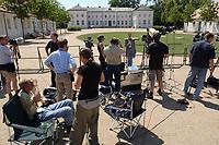 28 JUN 2003, NEUHARDENBERG/GERMANY:<br /> Journalisten warten an einer Absprerrung vor dem Schloss auf ein Statement, waehrend der Klausurtagung des Bundeskanbinetts, Schloss Neuhardenberg, Brandenburg<br /> IMAGE: 20030628-01-064<br /> KEYWORDS: Kabinettsklausur, Schloß Neuhardenberg, Kamera, Camera