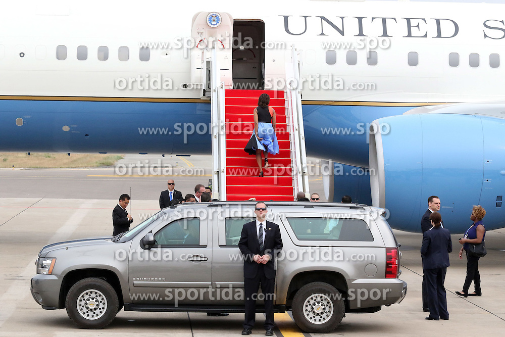 U.S. first lady Michelle Obama walks onto the plane in Siem Reap, Cambodia, March 22, 2015. U.S. first lady Michelle Obama left here on Sunday for the United States after a three-day visit. EXPA Pictures &copy; 2015, PhotoCredit: EXPA/ Photoshot/ Sovanna<br /> <br /> *****ATTENTION - for AUT, SLO, CRO, SRB, BIH, MAZ only*****