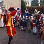 """Sinterklaas en zwarte piet onthullen nieuwe naam """"Het Kwetternest"""" depandance katholieke Montesorrischool Oude Amersfoortsestraatweg Bussum"""