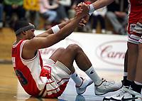 Basket , 12. mars 2008 , 3. semifinale BLNO, Asker - Ulriken<br /> <br />  Calix Black Ndiaye , Ulriken hjelpes opp