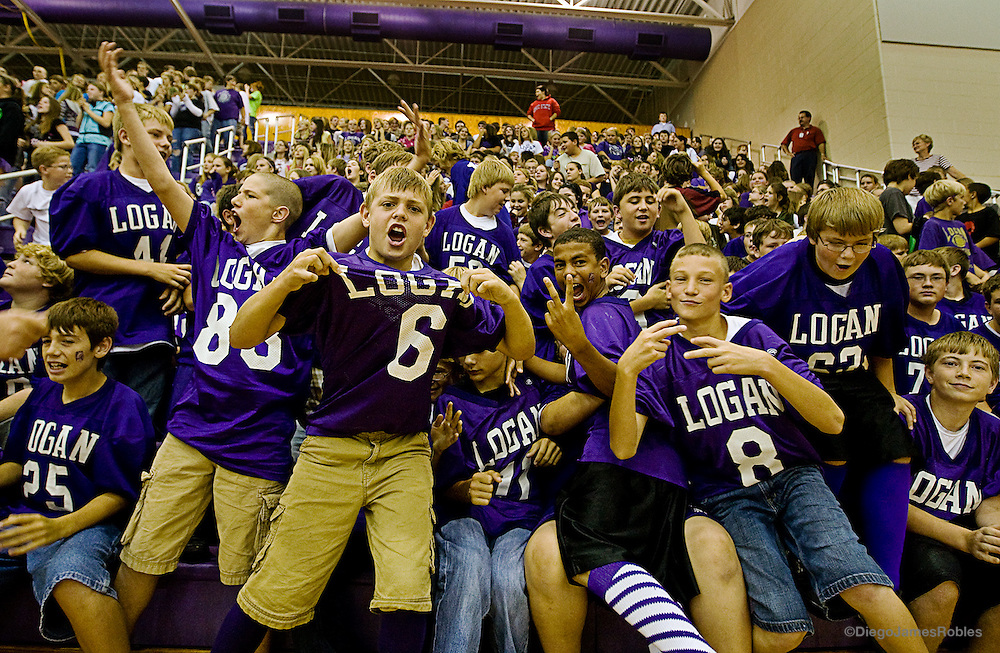 Chieftain Elementary School students show their pride for their high school football team.