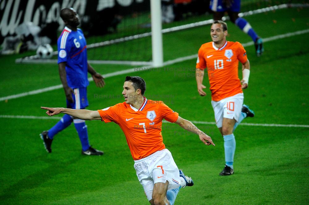 13-06-2008 VOETBAL: EURO 2008 NEDERLAND - FRANKRIJK: BERN <br /> Nederland wint met 4-1 van Frankrijk en plaatst zich als groepswinnaar voor de volgende ronde / Robin van Persie scoort de 2-0 en een juichende Wesley Sneijder<br /> &copy;2008-WWW.FOTOHOOGENDOORN.NL
