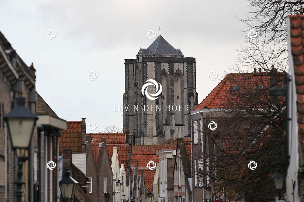 ZIERIKZEE - In het pittoreske vissersplaatsje zijn leuke dingen te bezichtigen. Met op de foto Sint Lievensmonstertoren. Die naam is voor de inwoners veel te lang; voor hen is het de Dikke Toren. FOTO LEVIN DEN BOER - PERSFOTO.NU