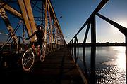 Pirapora_MG, Brasil...Ponte Marechal Hermes sobre o Rio Sao Francisco em Pirapora...Marshal Hermes Bridge, over Sao Francisco River in Pirapora...Foto: LEO DRUMOND / NITRO