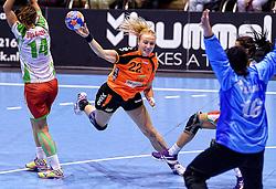 07-10-2015 NED: Kwalificatie EK 2016 Nederland - Bulgarije, Rotterdam<br /> In de Rotterdamse Topsporthal speelt het Nederlands handbalteam vrouwen tegen Bulgarije / Esther Schop scoort na een vrij doorgang