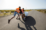 De VeloX 7 wordt aangeduwd. In Battle Mountain, Nevada, oefent het team op een weggetje. Het Human Power Team Delft en Amsterdam, dat bestaat uit studenten van de TU Delft en de VU Amsterdam, is in Amerika om tijdens de World Human Powered Speed Challenge in Nevada een poging te doen het wereldrecord snelfietsen voor vrouwen te verbreken met de VeloX 7, een gestroomlijnde ligfiets. Het record is met 121,44 km/h sinds 2009 in handen van de Francaise Barbara Buatois. De Canadees Todd Reichert is de snelste man met 144,17 km/h sinds 2016.<br /> <br /> With the VeloX 7, a special recumbent bike, the Human Power Team Delft and Amsterdam, consisting of students of the TU Delft and the VU Amsterdam, wants to set a new woman's world record cycling in September at the World Human Powered Speed Challenge in Nevada. The current speed record is 121,44 km/h, set in 2009 by Barbara Buatois. The fastest man is Todd Reichert with 144,17 km/h.