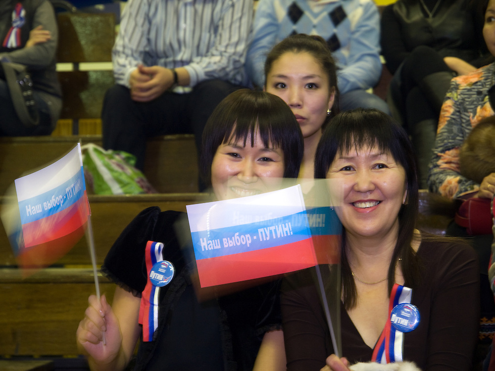 Wahlkampf Veranstaltung der Putin Partei &quot;Einiges Russland&quot; vor den Duma Wahlen im Sport Palast der sibirischen Stadt Jakutsk. Jakutsk hat 236.000 Einwohner (2005) und ist Hauptstadt der Teilrepublik Sacha (auch Jakutien genannt) im Foederationskreis Russisch-Fernost und liegt am Fluss Lena. Jakutsk ist im Winter eine der kaeltesten Grossstaedte weltweit mit durchschnittlichen Winter Temperaturen von -40.9 Grad Celsius. <br /> <br /> Election campaign meeting of the Putin party &quot;United Russia&quot; in the Yakutsk sport palace a few days before the Duma elections in Russia. Yakutsk is a city in the Russian Far East, located about 4 degrees (450 km) below the Arctic Circle. It is the capital of the Sakha (Yakutia) Republic (formerly the Yakut Autonomous Soviet Socialist Republic), Russia and a major port on the Lena River. Yakutsk is one of the coldest cities on earth, with winter temperatures averaging -40.9 degrees Celsius.