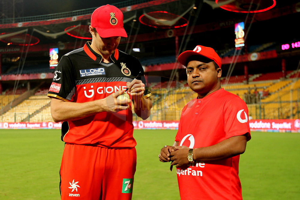 Shane Watson captain of Royal Challengers Bangalore signing the ball during match 5 of the Vivo 2017 Indian Premier League between the Royal Challengers Bangalore and the Delhi Daredevils held at the M.Chinnaswamy Stadium in Bangalore, India on the 8th April 2017Photo by Prashant Bhoot - IPL - Sportzpics