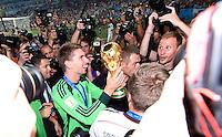 FUSSBALL WM 2014                       FINALE   Deutschland - Argentinien     13.07.2014 DEUTSCHLAND FEIERT DEN WM TITEL: Torwart Ron-Robert Zieler jubelt mit Pokal