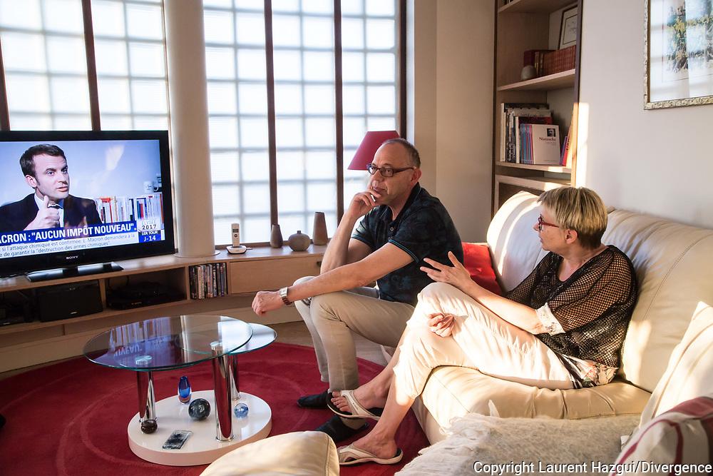 09042017. Dijon. Les militants macronistes d'En marche ! dans la région dijonnaise. Un couple de militants regarde l'intervention d'Emmanuel Macron, invité par Ruth Elkrief, dans l'émission 19h Elkrief sur BFM TV.