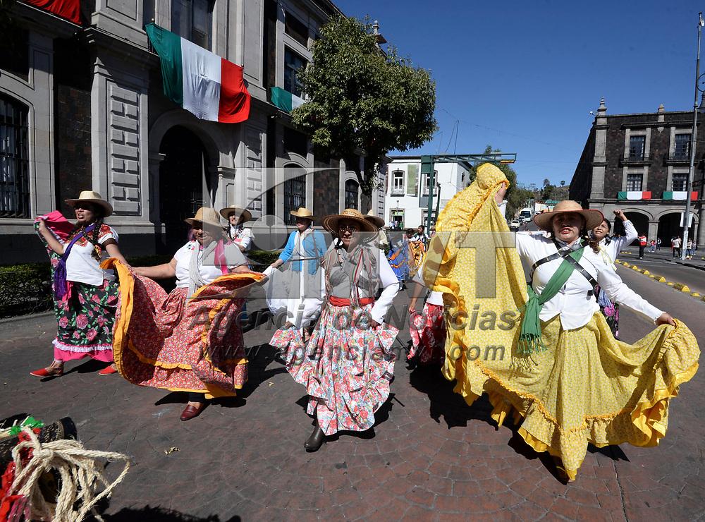 Toluca, México (Noviembre 19, 2017).- Para conmemorar el 107 aniversario de la Revolución Mexicana se realizó un desfile de carros alegóricos en el primer cuadro de la ciudad de Toluca, en donde participaron algunas de las delegaciones de la capital mexiquense.  Agencia MVT / Crisanta Espinosa.