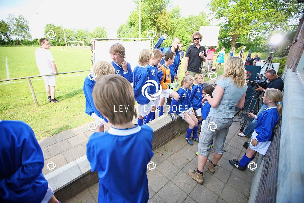 HENGELO - Bij VV Pax worden er opnames gemaakt voor de nieuwe jeugdserie Koen Kampioen die in 2012 te zien zal zijn bij Zapp. Met hier op de foto Producente en Regisseuse Annemarie Mooren. FOTO LEVIN DEN BOER - PERSFOTO.NU