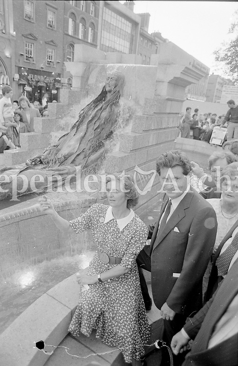 Michael Smurfit, who donated the Anna Livia Statue on behalf of the Smurfit family to the people of Dublin with the Lord Mayor, Cllr Carmencita Hederman at the unveiling in Dublin's O'Connell St, June 1988(Part of the Independent Newspapers Ireland/NLI Collection).