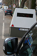 Ludwigshafen. 08.02.17 | BILD- ID 028 |<br /> Erzbergerstraße. Verkehrsüberwachung durch einen mobilen Blitzer. Ein Messeinheit auf einem Anhänger. Enforcement Trailer. Der ENFORCEMENT TRAILER ist mit einer unabhängigen Stromversorgung auf Basis von Hochleistungsbatterien ausgestattet, die einen ununterbrochenen Messbetrieb über fünf Tage ermöglicht. Um den Messbetrieb zu verlängern, lassen sich die eingesetzten Akkumulatoren vor Ort einfach tauschen. Zum Einsatz kommt dabei VITRONICs POLISCAN SPEED LIDAR-Messtechnik. Mit der Laser-Geschwindigkeitsmessung können alle Fahrzeuge über mehrere Spuren hinweg gleichzeitig erfasst werden.<br /> Bild: Markus Proßwitz 08FEB17 / masterpress (No Modelrelease!)