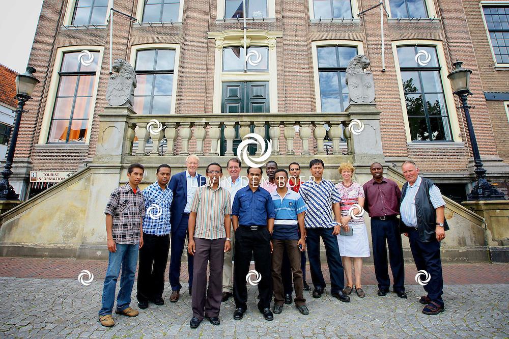 ZALTBOMMEL - Wethouder Ton van Balken ontvangt de RK parochie missionarissen uit onder meer Brazilië. Initiatiefnemer Piet Prince neem het gezelschap mee door Zaltbommel. FOTO LEVIN DEN BOER - PERSFOTO.NU