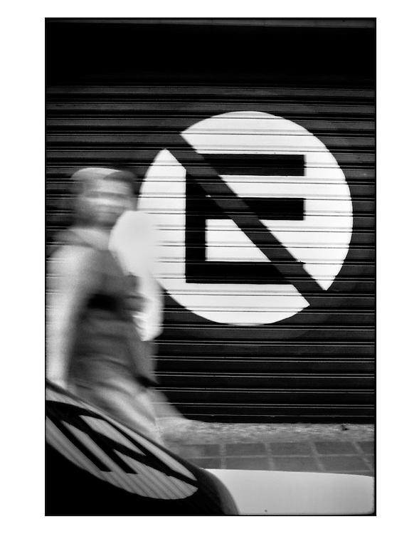 Autor de la Obra: Aaron Sosa<br /> T&iacute;tulo: &ldquo;Serie: Venezuela Cotidiana&rdquo;<br /> Lugar: Caracas - Venezuela <br /> A&ntilde;o de Creaci&oacute;n: 1999<br /> T&eacute;cnica: Captura digital en RAW impresa en papel 100% algod&oacute;n Ilford Galer&iacute;e Prestige Silk 310gsm<br /> Medidas de la fotograf&iacute;a: 33,3 x 22,3 cms<br /> Medidas del soporte: 45 x 35 cms<br /> Observaciones: Cada obra esta debidamente firmada e identificada con &ldquo;grafito &ndash; material libre de acidez&rdquo; en la parte posterior. Tanto en la fotograf&iacute;a como en el soporte. La fotograf&iacute;a se fij&oacute; al cart&oacute;n con esquineros libres de &aacute;cido para as&iacute; evitar usar alg&uacute;n pegamento contaminante.<br /> <br /> Precio: Consultar<br /> Envios a nivel nacional  e internacional.