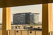 ABU DHABI, EMIRATS ARABES UNIS - 19 JANVIER 2016: Les quartiers généraux de l'Agence Internationale de l'Energie Renouvlable (IRENA). Le bâtiment de sept étages dispose de 1000 mètres carrés de panneaux solaires sur le toit qui lui assurent 10% de sa consommation en éléctricité.