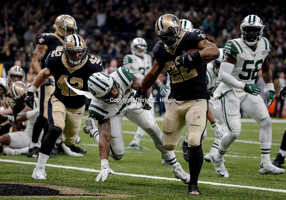 Dec 17, 2017; New Orleans, LA, USA; New Orleans Saints running back Mark Ingram (22) scores past New York Jets inside linebacker Darron Lee (58) during the first quarter at the Mercedes-Benz Superdome. Mandatory Credit: Derick E. Hingle-USA TODAY Sports