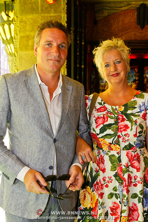 NLD/Amsterdam/20100627 - Inloop premiere Shrek 3D, Peter Blok en partner Maria Goos