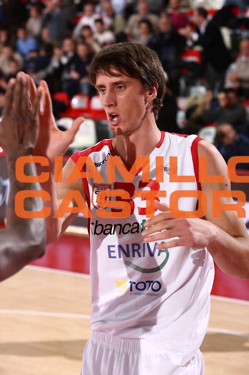DESCRIZIONE : Teramo Lega A 2011-12 Banca Tercas Teramo EA7 Emporio Armani Milano  <br /> GIOCATORE : achille polonara<br /> CATEGORIA :  fair play<br /> SQUADRA : Banca Tercas Teramo EA7 Emporio Armani Milano <br /> EVENTO : Campionato Lega A 2011-2012<br /> GARA : Banca Tercas Teramo EA7 Emporio Armani Milano  <br /> DATA : 08/01/2012<br /> SPORT : Pallacanestro<br /> AUTORE : Agenzia Ciamillo-Castoria/M.Carrelli<br /> Galleria : Lega Basket A 2011-2012<br /> Fotonotizia :  Teramo Lega A 2011-12 Banca Tercas Teramo EA7 Emporio Armani Milano  <br /> Predefinita :