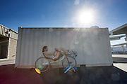Het Human Power Team Delft en Amsterdam, bestaande uit studenten van de TU Delft en de VU Amsterdam, is in Battle Mountain aangekomen. Jan Bos is aan het trainen. In Battle Mountain (Nevada) wordt ieder jaar de World Human Powered Speed Challenge gehouden. Tijdens deze wedstrijd wordt geprobeerd zo hard mogelijk te fietsen op pure menskracht. Het huidige record staat sinds 2015 op naam van de Canadees Todd Reichert die 139,45 km/h reed. De deelnemers bestaan zowel uit teams van universiteiten als uit hobbyisten. Met de gestroomlijnde fietsen willen ze laten zien wat mogelijk is met menskracht. De speciale ligfietsen kunnen gezien worden als de Formule 1 van het fietsen. De kennis die wordt opgedaan wordt ook gebruikt om duurzaam vervoer verder te ontwikkelen.<br /> <br /> In Battle Mountain (Nevada) each year the World Human Powered Speed Challenge is held. During this race they try to ride on pure manpower as hard as possible. Since 2015 the Canadian Todd Reichert is record holder with a speed of 136,45 km/h. The participants consist of both teams from universities and from hobbyists. With the sleek bikes they want to show what is possible with human power. The special recumbent bicycles can be seen as the Formula 1 of the bicycle. The knowledge gained is also used to develop sustainable transport.