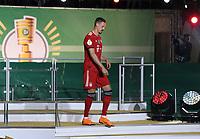 FUSSBALL  DFB POKAL FINALE  SAISON 2017/2018 IN BERLIN FC Bayern Muenchen - Eintracht Frankfurt        19.05.2018 Siegerehrung; Abgang FC Bayern Muenchen; Sandro Wagner enttaeuscht mit Medaille in der rechten Hand