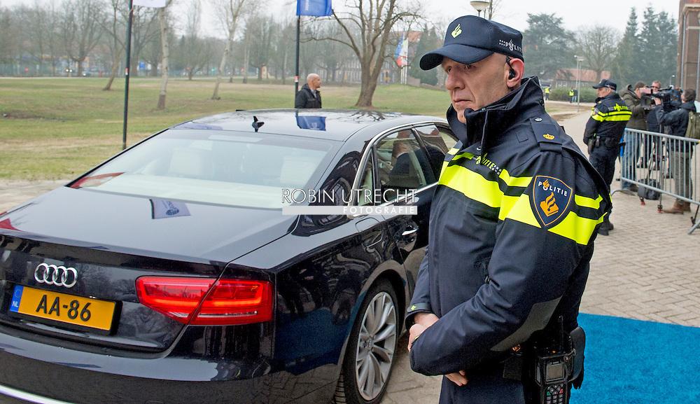 ROTTERDAM - Een agent op straat bewaakt de koning Willem Alexander  met de auto audi a8 op de achtergrond  . COPYRIGHT ROBIN UTRECHT